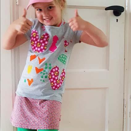 Kind met versierd shirt