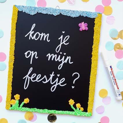 Een voorbeeld van een versierd krijtbordje met daarop de tekst 'kom je op mijn feestje?'