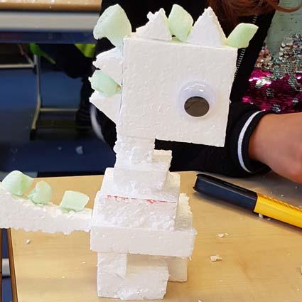 Een fantasiedier gemaakt van verschillende vormen piepschuim