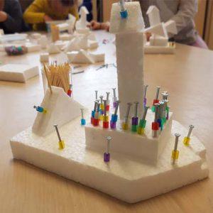 Een beetje door kinderen gemaakt van pipeschuim en versierd met kralen en spijkertjes