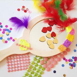Een blankhouten kinderspiegeltje met alle decoratiematerialen erbij
