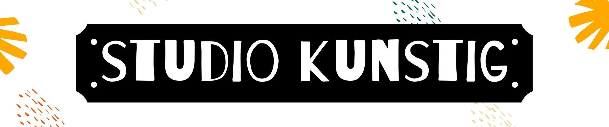 header van zwart bordje met witte letters studio kunstig