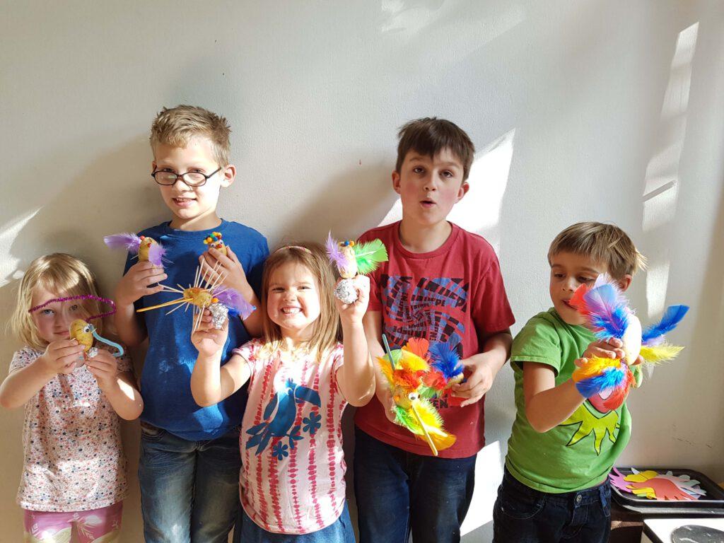 5 blije kinderen die hun aardappelmannetjes laten zien