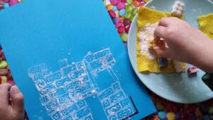 blauw papier met witte afdrukken van lego