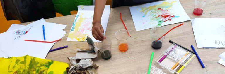 tafel vol met ecoline-experimenten