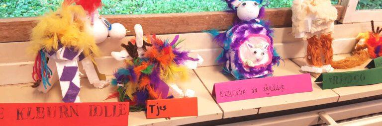 fantasiedieren van piepschuim met kleurige veertjes