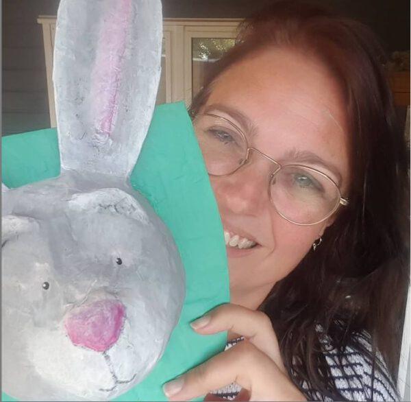 ik met een konijn van papier maché