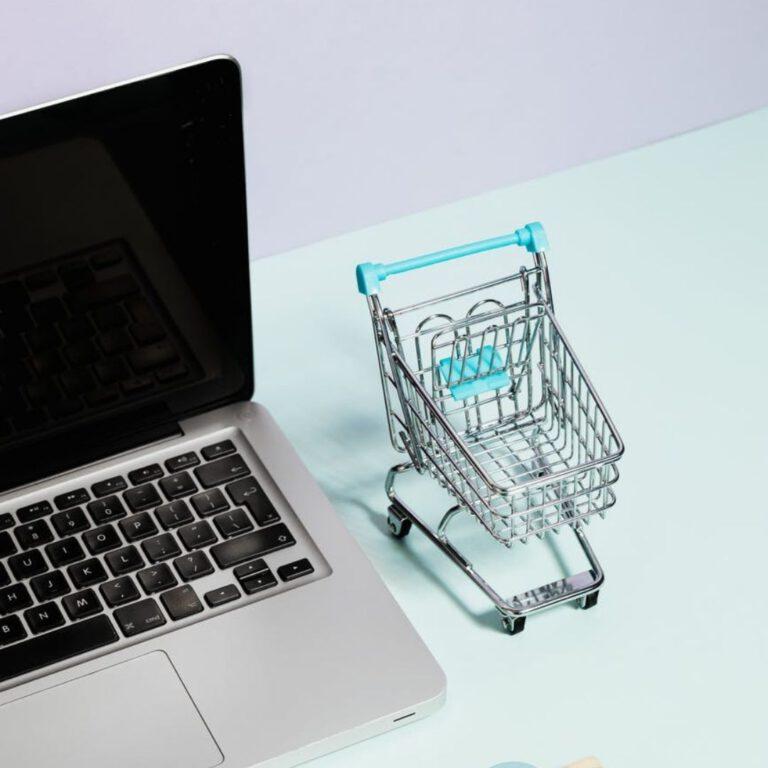 laptop en winkelwagentje