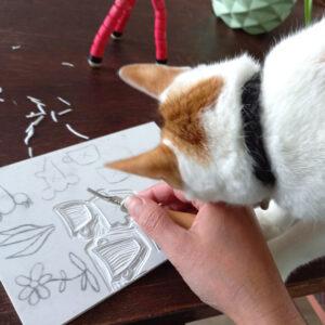 stempels maken terwijl een kat kopjes geeft